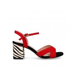 Sandalia roja con tacón...